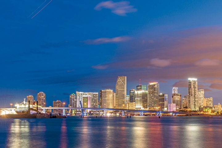 Seasons_11443455_HiRes_Skyline_von_Miami_bei_Nacht_Florida_USA-Lengler, Gregor