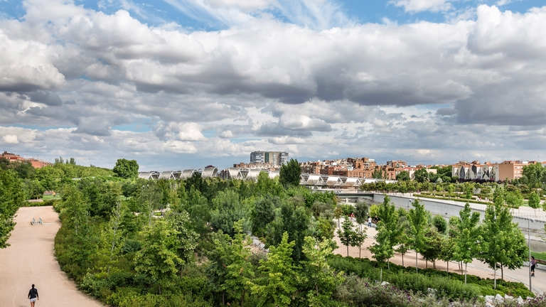 Seasons_12244257_HiRes_Parque_Madrid_Rio_am_Fluss_Manzanares_Madrid_Spanien